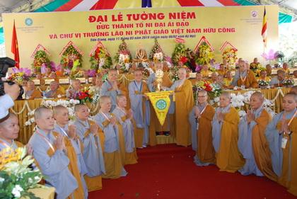 Phân ban Ni giới Tiền Giang trao cờ luân lưu tổ chức đại lễ cho Phân ban Ni giới TP. Hồ Chí Minh