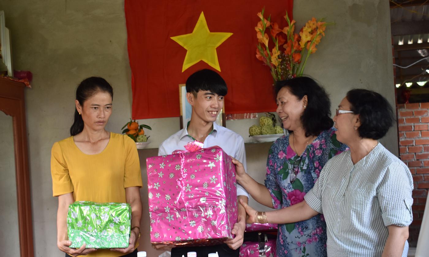 Các cá nhân, đơn vị, địa phương tặng quà cho gia đình