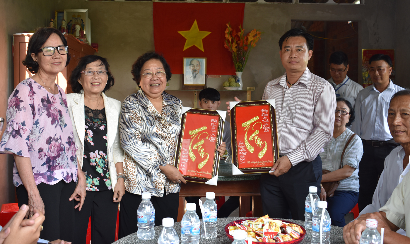 Hội Khuyến học tỉnh tặng quà lưu niệm cho bà Nguyễn Thị Hoài Thu và công ty Esuhai