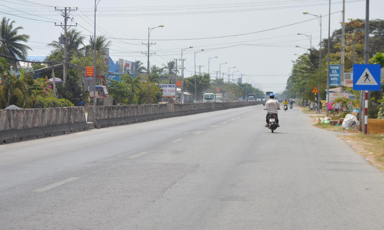 Trên tuyến QL 1A vào khoảng 12 giờ 30 vắng bóng xe máy.