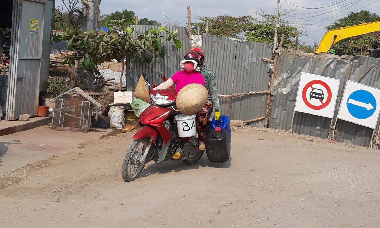 Dưới cái nắng gay gắt hai người phụ nữ vẫn làm công việc của mình. Ảnh chụp lúc 11 giờ ngày 14-3 tại ấp Đèn Đỏ, xã Tân Thành, huyện ?