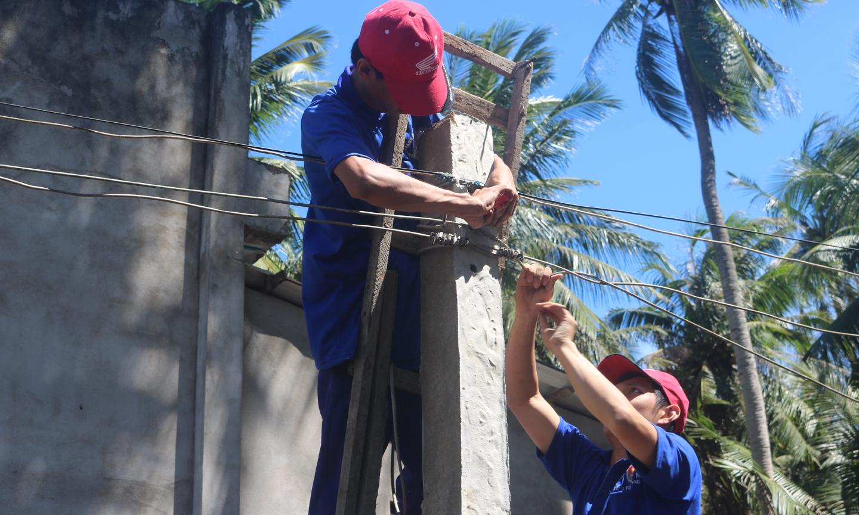 Sinh viên tình nguyện tham gia sửa chữa lưới điện nông thôn ở huyện Tân Phú Đông.