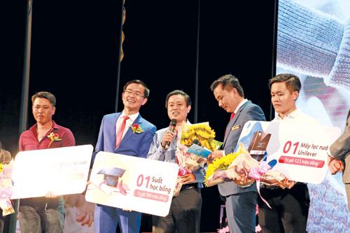 """Anh Nguyễn Hữu Tâm (41 tuổi, Bạc Liêu) đã may mắn trúng 1 suất học bổng 500 triệu đồng từ chương trình """"Quà trọn yêu thương"""" của Prudential Việt Nam."""