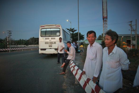 Xếp hàng dài dằng dặc chờ qua cầu Rạch Miễu chỉ vì một xe khách... chết máy - Ảnh 7.