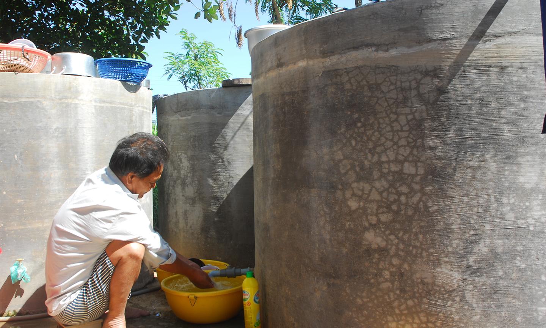 Người dân sử dụng nước tiết kiệm trong mùa khô.
