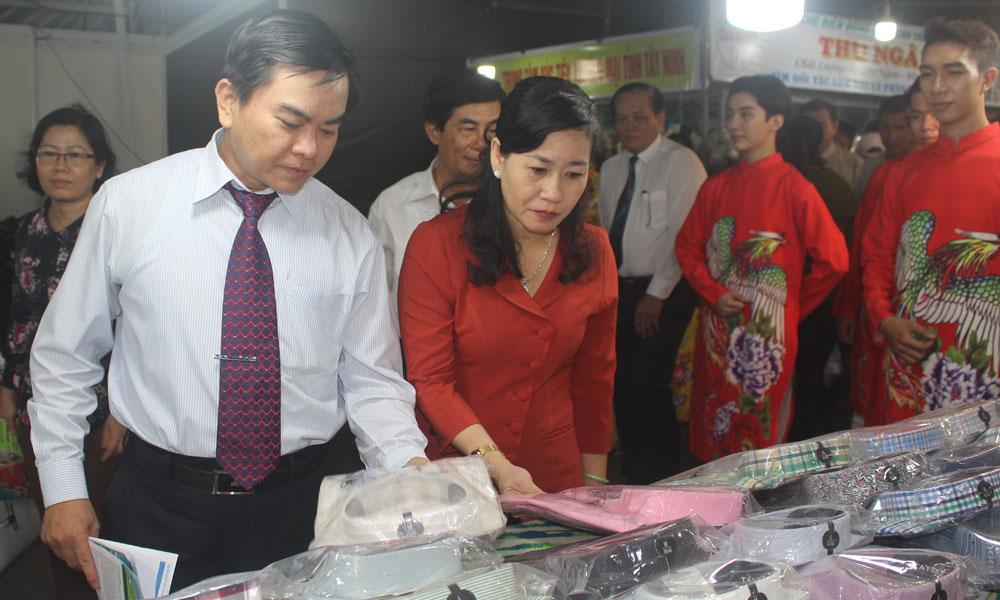 Lãnh đạo tỉnh tham quan các gian hàng tại hội chợ.