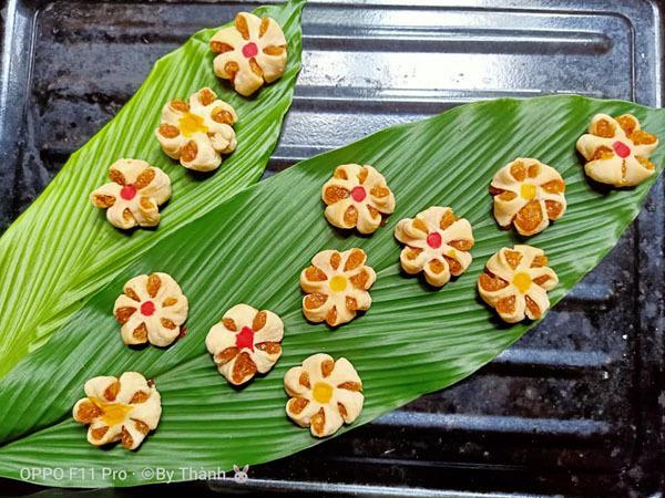 Những chiếc bánh được trình bày đẹp mắt trên lá.