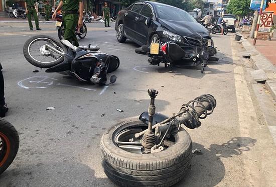 Ô tô con tông vào đuôi xe bổn tại Quảng Ninh khiến 1 người bị th-ương. Ảnh: Môi Trường và Đô Thị.