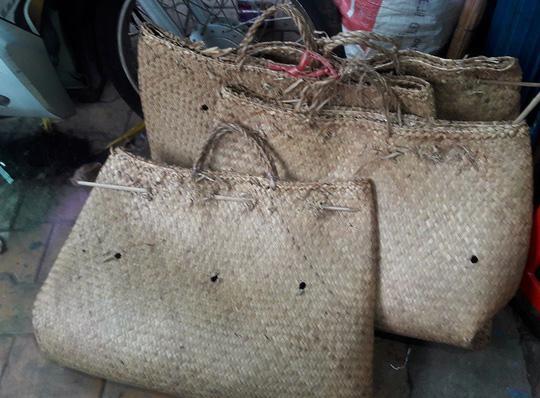 Giỏ đệm đan bằng cọng cỏ bàng