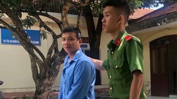 Bị cáo Vủ được dẫn giải về trại gi-am sau khi toà tuyên án