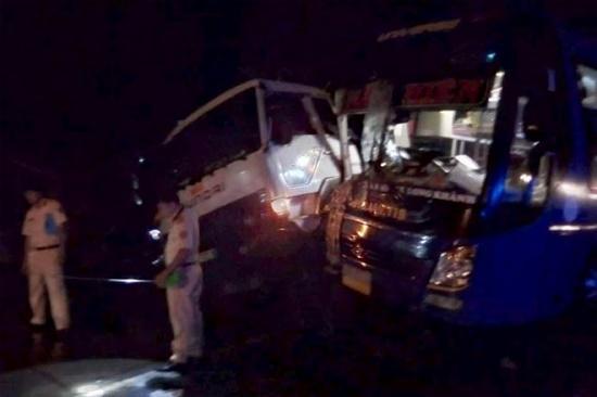 Xe khách va chạm k-inh h-oàng với xe tải, hành khách h-oảng loạ-n tại Tiền Giang. Ảnh: c-ông a-n Nhân Dân.