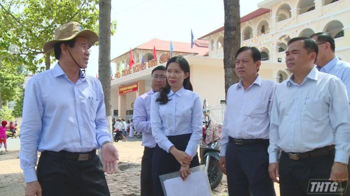 Ông Lê Văn Hưởng – Chủ tịch UBND tỉnh cùng các sở ngành liên quan khảo s-át về việc nâng cấp đường Hùng Vương. Ảnh: Trần Liêm