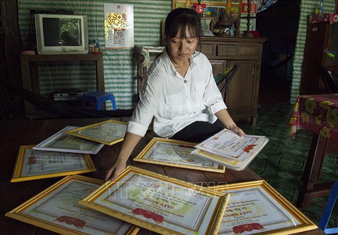 Em Trần Thúy Vy đạt danh hiệu Học sinh giỏi suốt 12 năm học. Ảnh: Hồng Đạt/TTXVN