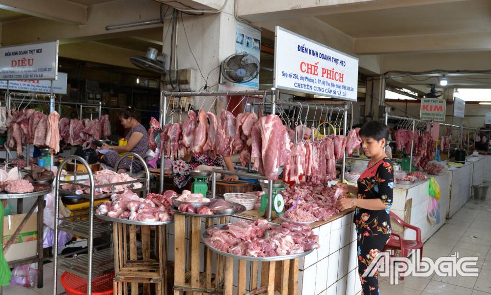 Sạp thịt heo Chế Phích tại chợ Mỹ Tho đã giảm giá nhưng số lượng bán ra vẫn giảm.