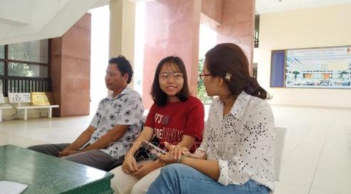 Phan Nguyễn Thanh Ngân (giữa) với ước mơ trở thành bác sĩ. Ảnh: Nam Thái/TTXVN