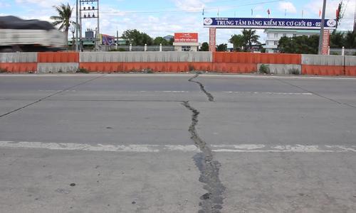 Cao tốc TP HCM - Trung Lương hư hỏng, xe chạy bát nháo như đường làng