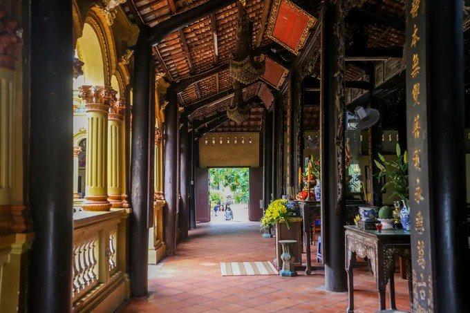Phía trong gian chánh điện và nhà tổ làm theo kiểu của người Hoa nhưng vẫn giữ nét kiến trúc Việt Nam. Trên mái treo nhiều hoành phi câu đối bằng chữ Hán. Các hàng trụ cột bên trong được làm bằng gỗ quý.