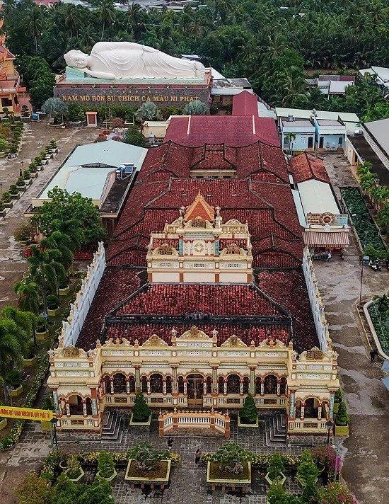 Chùa Vĩnh Tràng được xây theo dạng chữ Quốc, lợp ngói đỏ, với vật liệu xây dựng là xi măng và gỗ quý. Công trình có diện tích 1.400 m2, gồm bốn gian nối tiếp nhau là tiền đường, chánh điện, nhà tổ và nhà hậu.