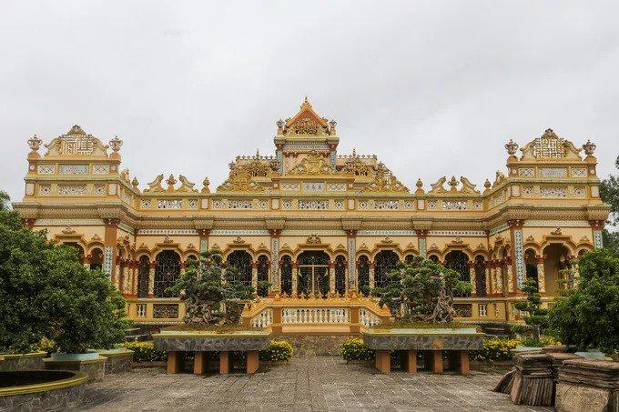Mặt chính của chùa được xây bằng bê tông, tổng thể giống nhà cổ kiểu Pháp. Một phần nóc chùa ảnh hưởng của văn hóa Khmer, gạch men trang trí xuất xứ từ Nhật Bản.
