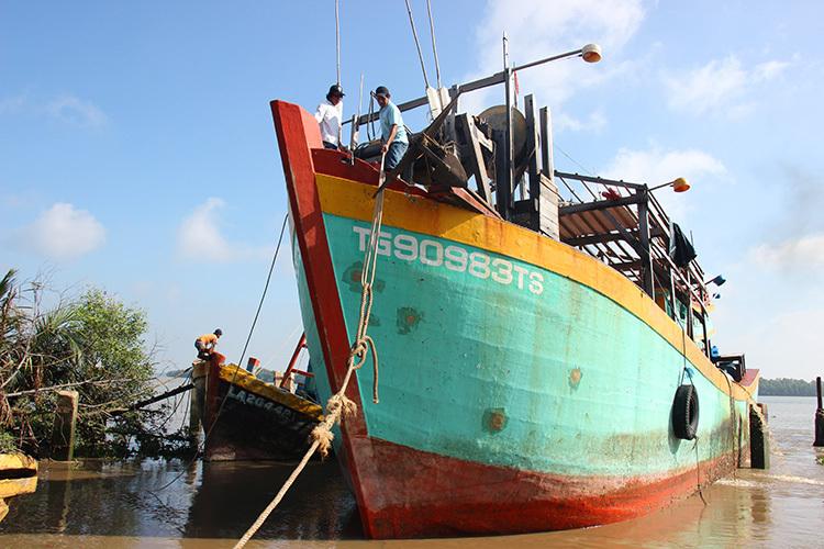 Tàu cá cứu ngư dân nước bạn gặp nạn đã về đến Tiền Giang. Ảnh: Hoàng Nam