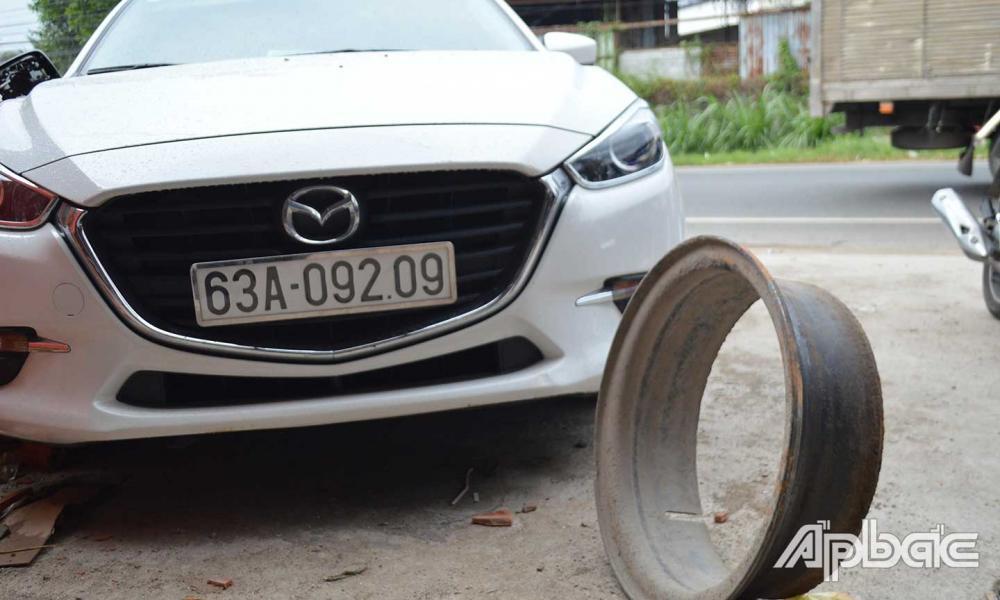 Bánh xe va chạm với ô tô trước khi trúng nạn nhân