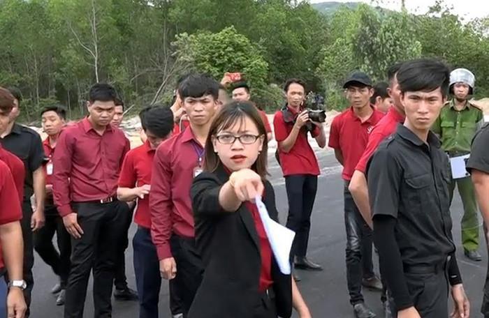 Nguyễn Huỳnh Tú Trinh được nhận định đóng vai trò cầm đầu trong vụ việc chống đối, đập phá xe cuốc của đoàn cưỡng chế
