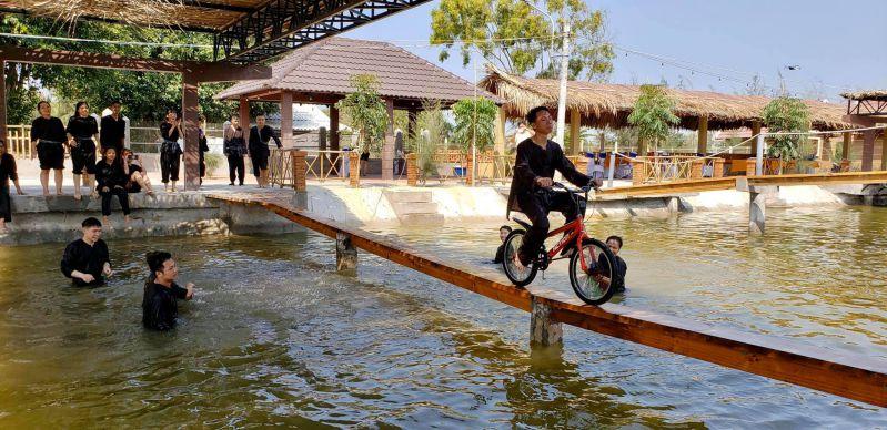 Đạp xe qua cầu ván là 1 trò chơi vừa mạo hiểm, vừa vui nhộn